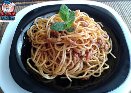 Espaguetis con carne picada y beicon