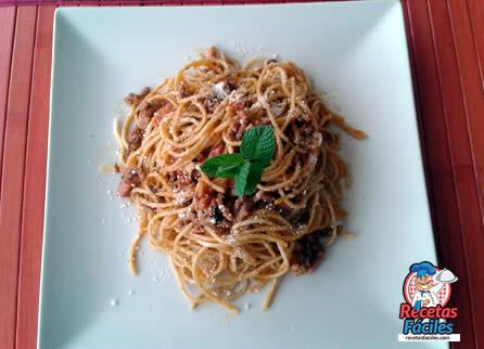 Espaguetis con carne picada de ternera y beicon