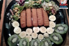 Recetas Fáciles de Palitos de Merluza con Ensalada de Frutas y leguchas