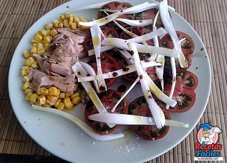 Recetas Fáciles de Ensalada de Tomates Ibéricos con Ventresca de Atún , Maíz y Cebolleta