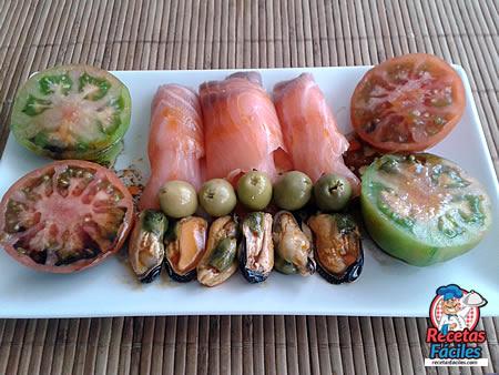 salmon-ahumado-mejillones-tomates-aceitunas