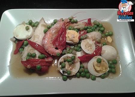 Recetas Fáciles Merluza en Salsa con guisantes, pimientos, huevo duro y gambones