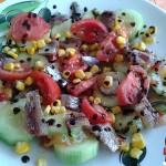 Recetas Fáciles de Ensalada de Pepino Dulce con Sardina Ahumada, Tomate y Maíz