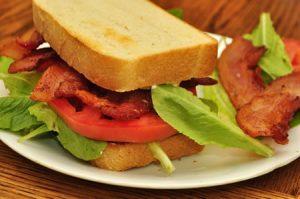 sandwich de bacon, queso y tomate