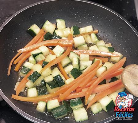 zanahoria y calabacín salteado
