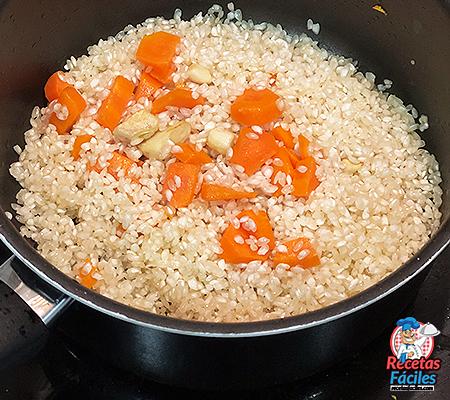 arroz rehogando en cazo