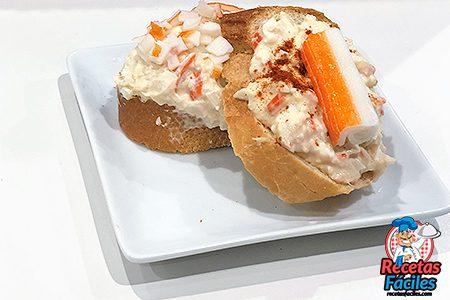 tosta de cangrejo y atún presentada