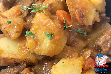 patatas estofadas con carne al detalle